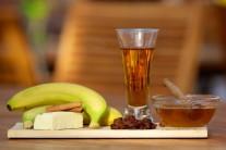Na tento recept budeme potrebovať banán, rum, hrozienka, med, škoricu a kúsok masla. Na dozdobenie potom zmrzlinu, čokoládu, šľahačku a alobal.