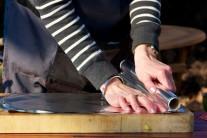 Z alobalu natrháme alebo nastriháme štvorce v počte odpovedajúcom počtu pripravovaných porcií.