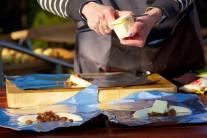 Maslo nakrájame na kúsky a ku každému banánu priložíme jeden až dva kúsky masla.