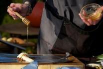 Jednotlivé porcie pokvapkáme medom. Najlepší je samozrejme med od známeho včelára.