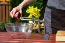 Do misy vsypeme všetky sypké suroviny - oregano, papriku, soľ a korenie. Premiešame suchú zmes.