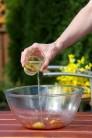 Potom pridajte do marinády asi 4 polievkové lyžice olivového oleja.