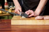 Cesnak do marinády prelisujeme lisom na cesnak alebo roztlačíme nožom a následne nasekáme nadrobno. Z cesnaku sa oplatí vyrezať stredový kľúčik, pokrmy pripravené s takto upraveným cesnakom sú oveľa lepšie stráviteľné.