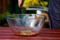 Do zmesi vsypeme sušené alebo čerstvé oregano.
