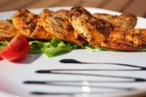 Hotové kuracie prsíčka podávajte so zeleninovým šalátom, zemiakovou kašou alebo hranolkami.