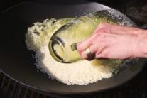 Ohriatu ryžu zalejeme vývarom v pomere 2 diely ryže, 3 diely vývaru. Premiešame a postupne pridáme ďalšie suroviny, ktoré máme pripravené.
