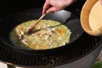 Dôkladne premiešame, aby sa všetky suroviny v panvici dôkladne prepojili. Panvicu wok prikryjeme alobalom a dusíme pod poklopom grilu po dobu cca 1 hodinu.