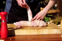 Postupným krížením plátkov slaniny celú roládu zabalíme. Aby nám prúžky slaniny nespadli, môžeme ich pripichnúť špáradlami alebo roládu stiahnuť potravinárskym povrázkom.