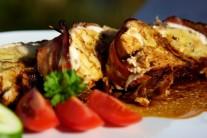 Teplú roládu môžeme podávať s pečivom či zemiakovou prílohou.