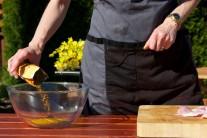 Do väčšej misky nasypeme kari korenie, solamyl, pridáme žĺtky a odmerané množstvo sójovej omáčky. Všetko dôkladne premiešame a pridáme rezance mäsa. Najlepšie rukou premiesime a necháme odstáť.