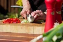 Vo chvíli, keď máme naložené mäso sa môžeme venovať príprave zeleniny. Pór nakrájame na kolieska a červenú kápiu na tenké prúžky.