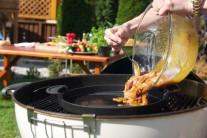 Pečieme sprvu prudko, aby sa mäso zatiahlo a šťava zostala vo vnútri. Vo chvíli, keď je mäso pekne opečené zo všetkých strán, zmiernime oheň.