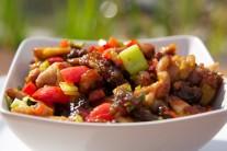 Panvicu s hotovým pokrmom zložíme z grilu, naservírujeme, ozdobíme čerstvou zeleninou podľa chuti. Ako prílohu podávame varenú ryžu alebo ľubovoľné chrumkavé pečivo.