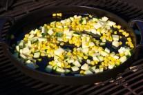 Do stredu grilu Weber One-Touch Premium vložíme liatinovú panvicu BBQ zo systému Gourmet, na ktorej rozohrejeme trochu oleja. Vložíme na kocky nakrájanú cuketu a necháme podusiť.