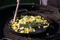 Premiešame, ďalej pridáme kukuricu a na kocky nakrájanú červenú kápiu.