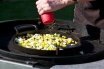 Cuketu, kukuricu a kápiu v panvici podľa chuti osolíme a okoreníme.