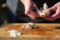 Mäso potrieme olejom, osolíme a okoreníme. Necháme chvíľu odležať. Na rošte ugrilujeme domäkka a odložíme nabok. Vychladnuté nakrájame na drobné kúsky, ktoré primiešame k mäkkej zelenine.