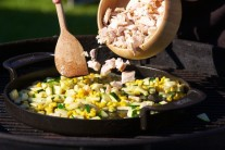Drobné kúsky mäsa prehrejeme na panvici so zeleninou, ochutnáme, prípadne dochutíme soľou a korením.