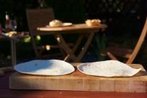 Potrebné množstvo tortill rozložíme na rovnú podložku. Do stredu navŕšime náplň tak, aby sme mohli tortillu zatočiť.