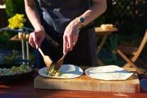 Najlepšie sa náplň vŕši dvoma lyžicami alebo vareškami. Posypeme strúhaným syrom a opatrne zložíme do požadovaného tvaru.