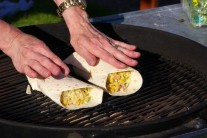 Naplnené tortilly vkladáme do stredu rozpáleného grilu priamo na grilovací rošt. Bez priklopenia prehrejeme na grile, kým sa neobjavia typické hnedasté mriežky.