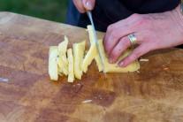 Obľúbený tvrdý syr nakrájame nožom na malé kocky, ktoré pridáme k ostatným surovinám do misy.