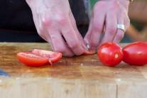 Paradajky rozkrojíme a mäkké prostriedky vyberieme, aby semienka neboli v šaláte.