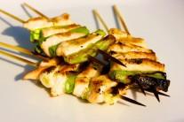 Hotové kuracie prsia s jarnou cibuľkou podávame s čerstvou zeleninou alebo šalátom.