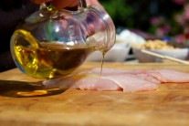 Mäso zalejeme menším množstvom olivového oleja.