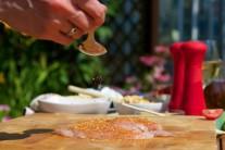 Mäso preliate olivovým olejom posypeme grilovacím korením.