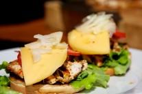 Do hamburgeru ešte pridáme syr a čerstvú cibuľu.
