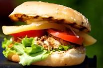 Hamburgery podávame s hranolčekmi, americkými zemiakmi alebo so šalátom.