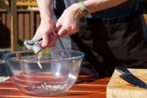 Z cesnaku, soli, oregana, olivového oleja a jablčného octu zmiešame pastu, ktorou panenky potrieme a necháme v chladničke 30 minút odležať.