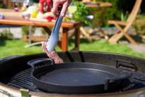 Grilujeme priamo na grilovacom rošte grilu. Občas skontrolujeme a otočíme. Ku vkladaniu mäsa na gril radšej používame grilovacie kliešte, aby sme sa o gril nespálili.