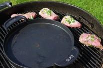 Grilujeme po stranách grilu, v tomto prípade gril na drevené uhlie Weber One-Touch Premium s liatinovou panvicou BBQ.