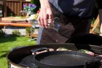 Doprostred grilu umiestnime liatinovú panvicu s trochou oleja. Jarné cibuľky nasekáme nadrobno a nasypeme do panvice, podusíme a po chvíli pridáme kukuričné zrnká.