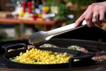 Zmes na panvici dochutíme soľou a korením a ďalej miešame. Pri príprave sme použili kukuricu mrazenú, výsledok bol vynikajúci.
