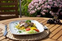 Panenky servírujeme teplé na teplej kukurici. Môžeme pridať ešte zeleninovú oblohu. Takto pripravená kukurica s jarnou cibuľkou je výborná aj ako samostatné jedlo alebo príloha k iným druhom mäsa.