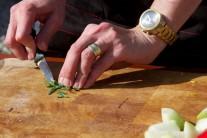 Zelené bylinky, oregano a rozmarín, nasekáme nadrobno, aby sa krásne uvoľnila ich vôňa.