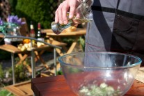 V mise zmiešame olej, cesnak, šťavu z citróna s nasekanými bylinkami, korením a soľou na jemnú marinádu.