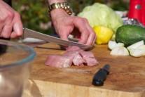 Bravčovú panenku nakrájame na rovnako veľké kocky o hrane cca 2 - 3 cm. Mäso vložíme do pripravenej marinády. Premiešame rukami či vareškou, aby bol každý kúsok mäsa pokrytý.