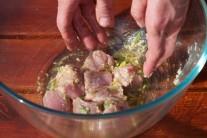 Misku s mäsom v marináde vložíme do chladu odpočinúť minimálne na 1 hodinu. Teraz máme dostatok času na úpravu ďalších surovín ako je paprika, cibuľa, cuketa a šampiňóny.