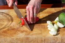 Ošúpanú žltú cibuľu nakrájame na osminky. Červenú kápiu na kocky. Každú zeleninu pred použitím v kuchyni umývame dôkladne teplou vodou, necháme na obrúsku odkvapkať.