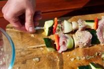 Cuketu a papriku nakrájame na podobne veľké kusy, šampiňóny prepolíme, paradajky ponecháme vcelku. Na špíz napichujeme striedavo kúsky mäsa, prekladáme zeleninou. Grilujeme na strednom žiarení nepriamym grilovaním.