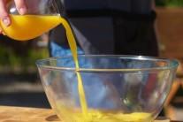 V druhej mise zmiešame med s pomarančovou šťavou, kôrou z limetky, zázvorom a zľahka osolíme. Túto zmes budeme variť do zhustnutia na liatinovej panvici v strede grilu.