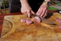 Bravčovú panenku očistíme a nakrájame na rovnako veľké kocky o rozmere 2x2 cm. Vložíme do misky, pridáme olej, osolíme, okoreníme a poprášime mletou rascou. Všetko zamiešame, aby bolo mäso rovnomerne ochutené a necháme chvíľu odležať.