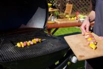 Pripravené špízy vkladáme na rozpálený rošt grilu a grilujeme po dobu 10 - 15 minút., priebežne otáčame a kontrolujeme typické zlatohnedé mriežkovanie. Ku vkladaniu potravín do grilu sa nám osvedčilo grilovacie náradie Weber Style.