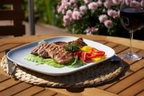 Servírujeme teplé so zeleninovou oblohou a čerstvým pečivom. Môžeme tiež podávať s omáčkami k mäsu Weber.