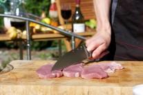 Plátky stehna naklepeme tĺčikom na mäso alebo použijeme tupú hranu noža. Mäso osolíme a okoreníme.