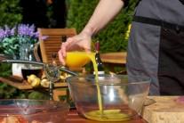 Do marinovacej zmesi pridáme šťavu vytlačenú z čerstvých pomarančov.